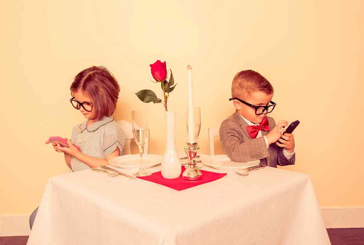 Фаббинг: телефон важнее партнера?